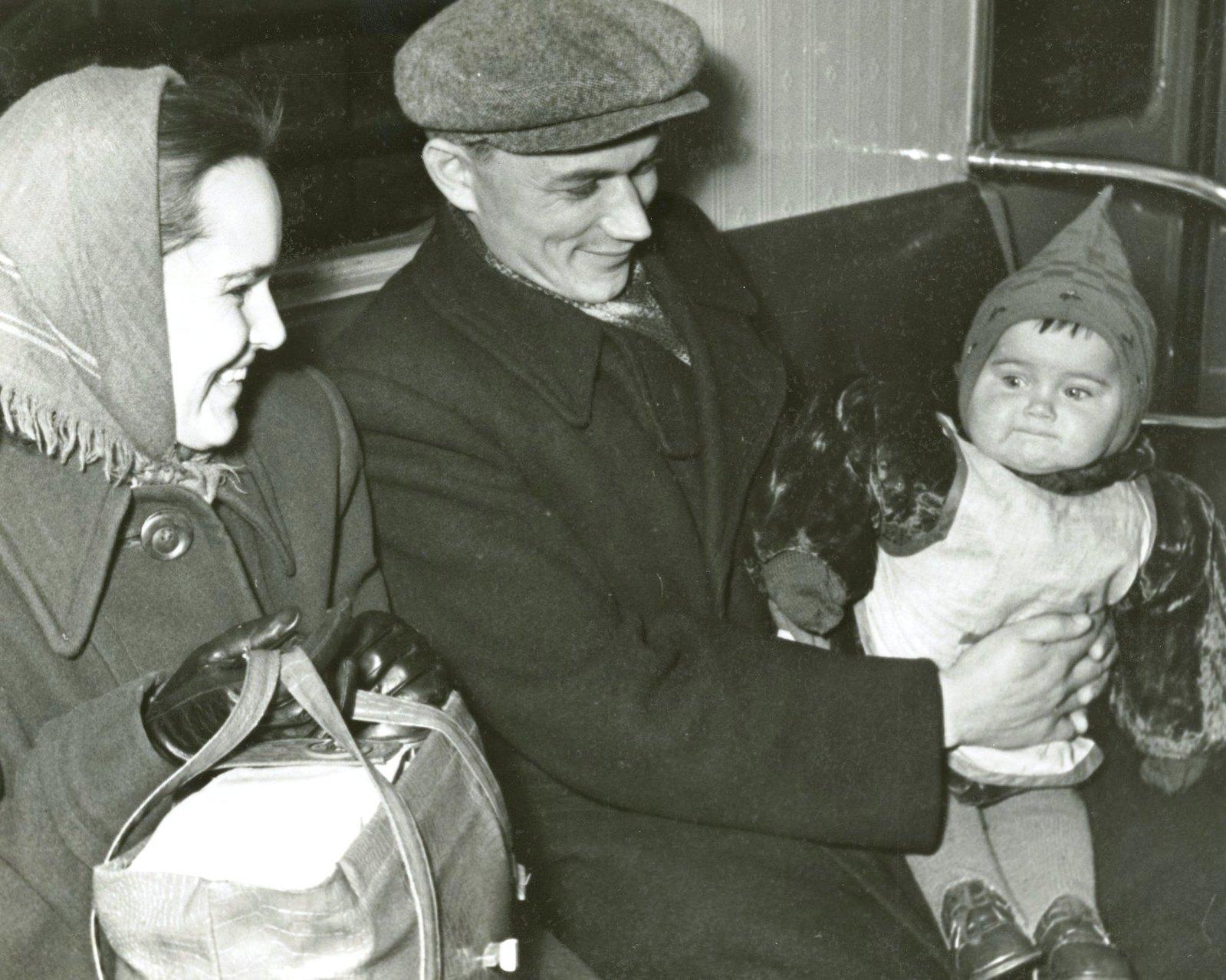1957. Семья в метро