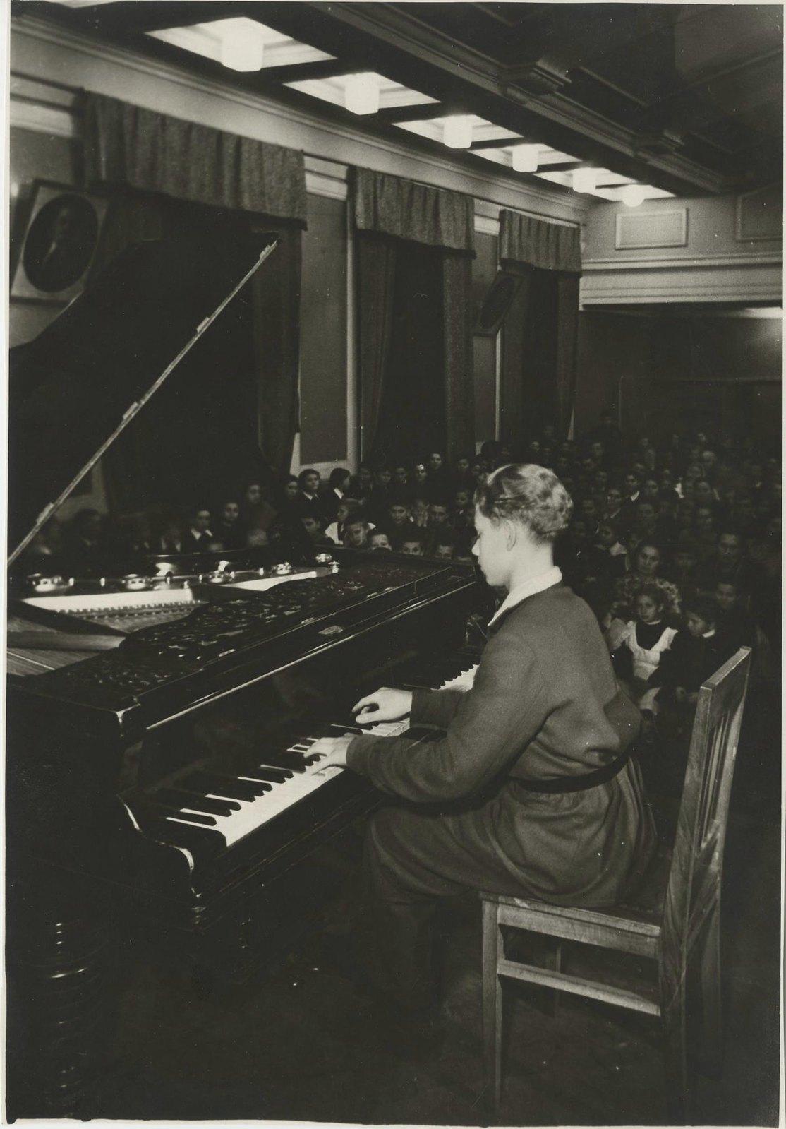 1955. В школе концерт; выступает ученик седьмого класса Володя Борисов