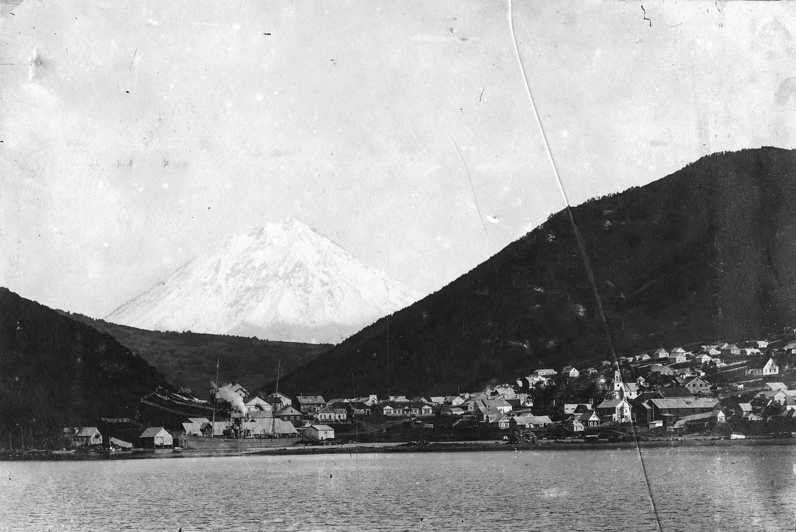 1910. Вид на город со стороны Петропавловской гавани, видна Корякская сопка