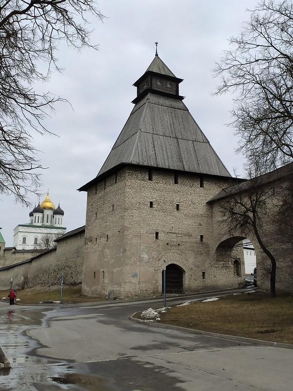 Псковский кремль (Кром) - Башня с видом на Троицкий собор