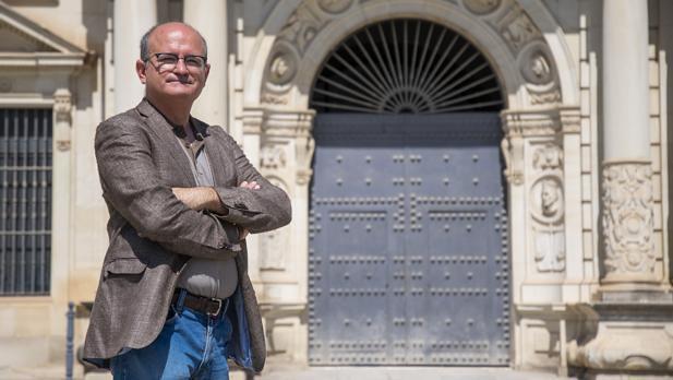 Profesor Francisco Soler Gil frente a la Univ. de Sevilla | ABC, 2019