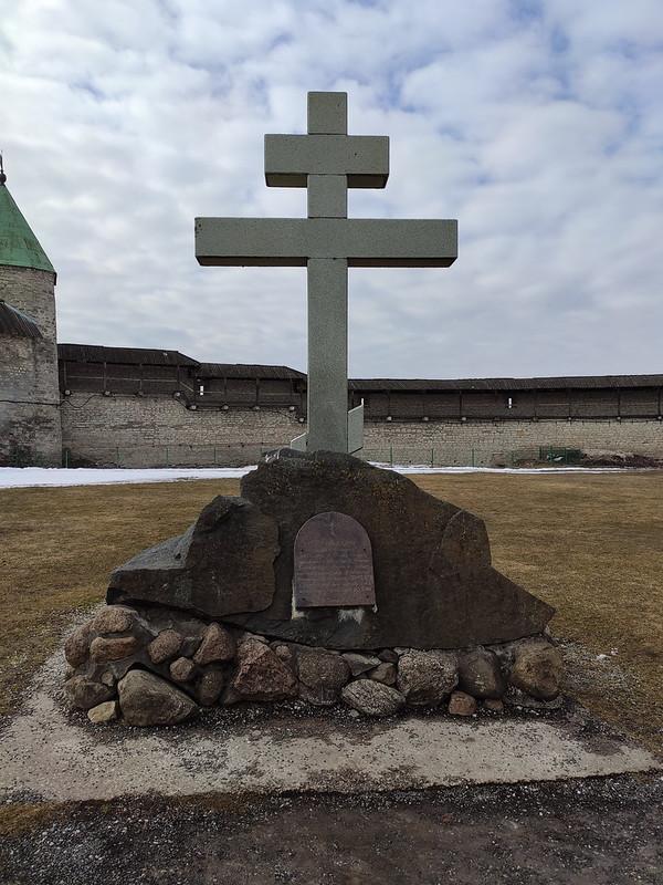 Псковский кремль (Кром) - Памятный крест на месте Благовещенского собора