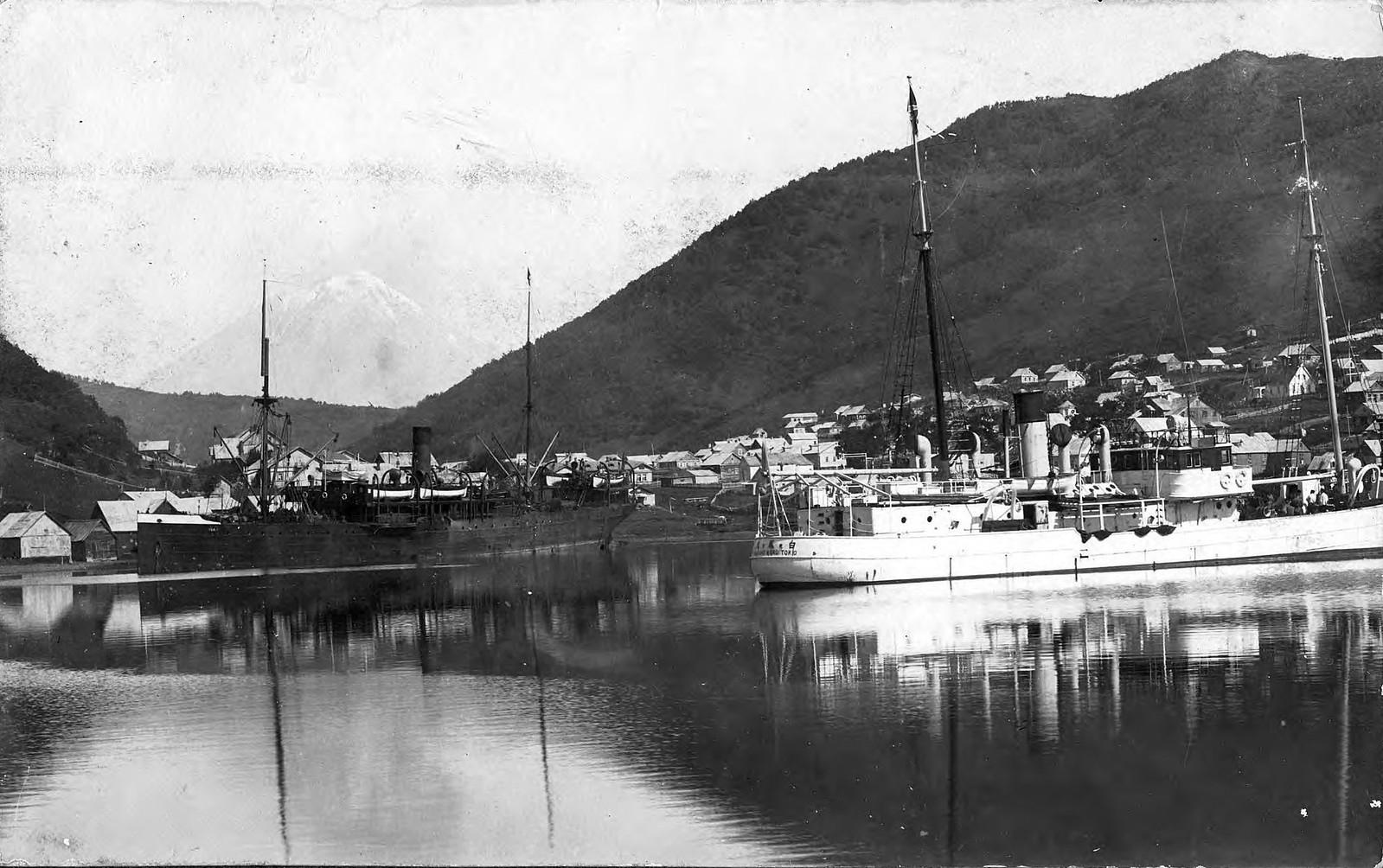 1910. Вид с моря, у берега Петропавловской гавани стоят суда, одно из них японское.