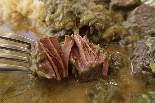 Mit Gabel zerteilbares Rindfleischstück im Khoresht-e Rivas