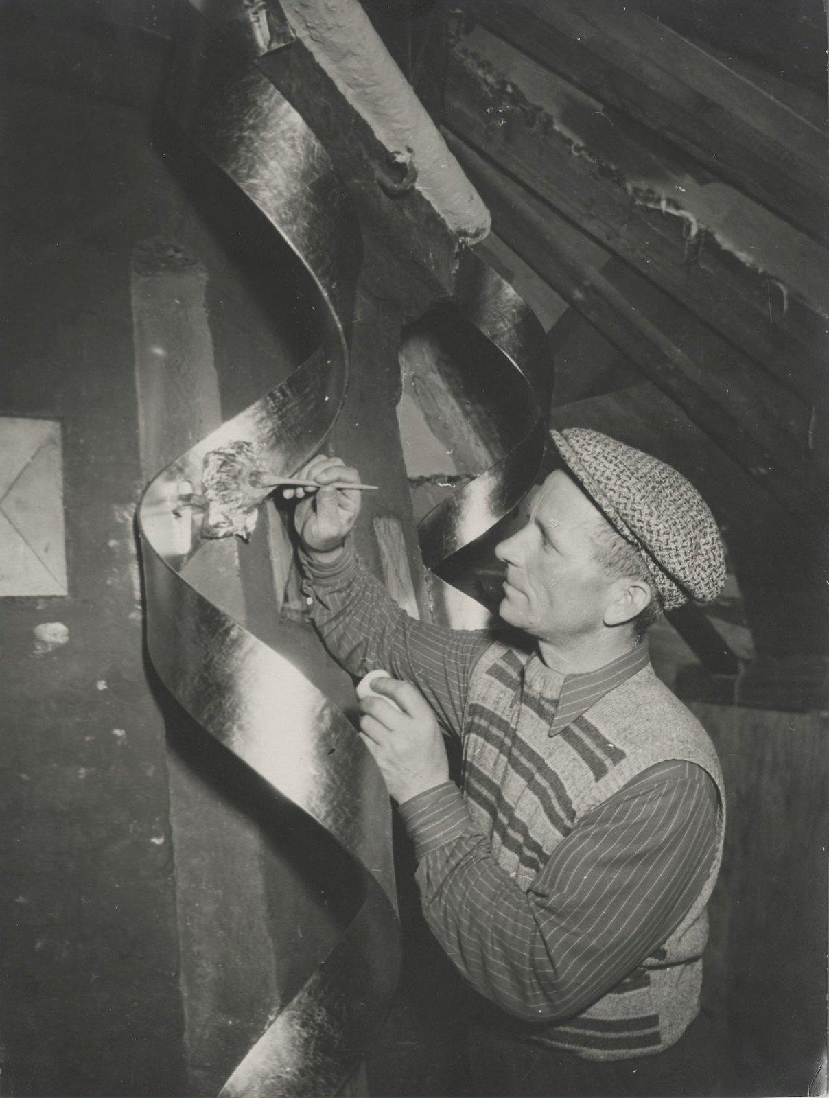 1954-1955. Реставрация Храма Василия Блаженного. Золочение 14-метровых спиралей на центральном шатре