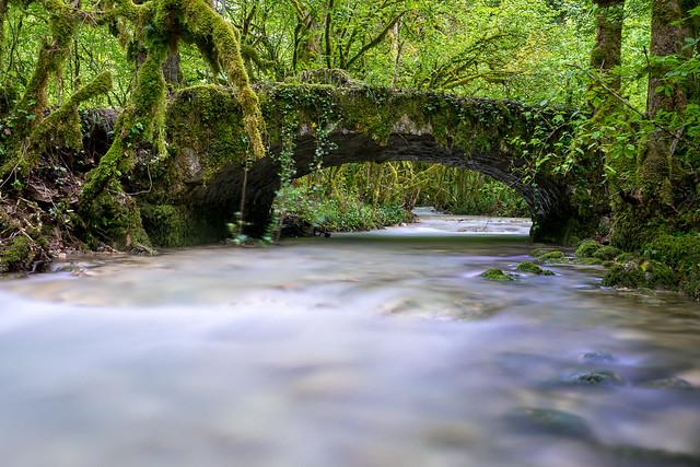 Longue pose sur petit pont de pierres