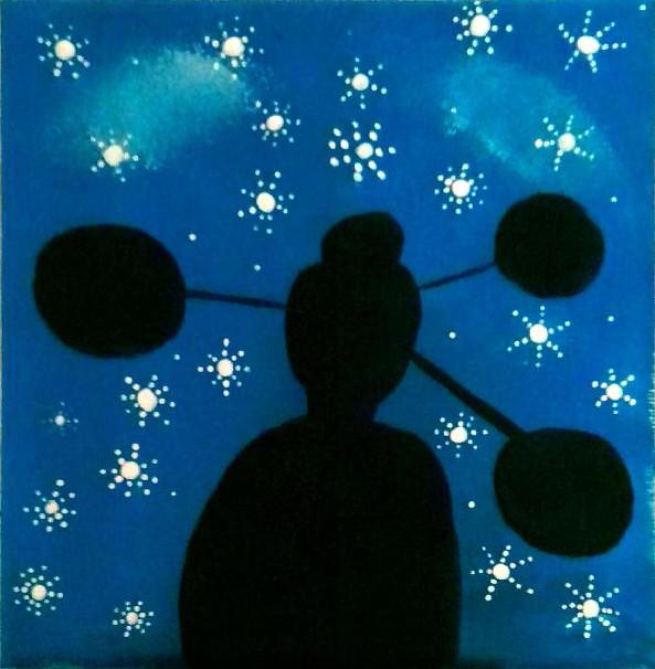 037 - Terra connessa di Miriam 11 anni  Una bellissima immagine molto evocativa che ci lascia scoprire la sagoma di un satellite in controluce. Molto suggestiva la scelta del blu e del nero che incorniciano benissimo le tante stelle in questo disegno.