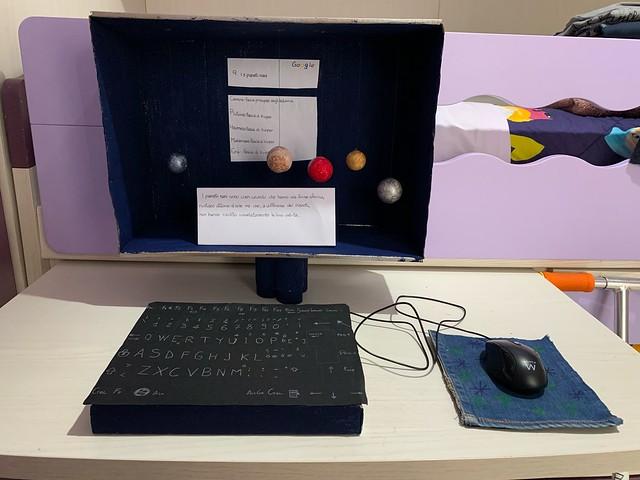 084 - I 5 pianeti nani di Carolina 11 anni_a  Per la multimedialità implicita nel mezzo analogico scelto per rappresentare un soggetto originale: la ricerca su google di un concetto molto particolare, quello di pianeta nano.