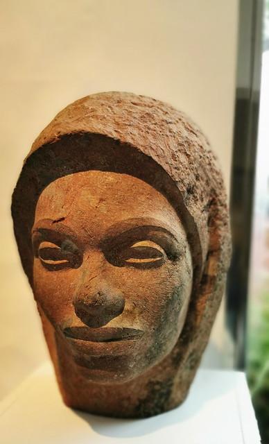 Mujer del Sur escultura en piedra roja 1948-49 Plácido Fleitas Sala de los amigos Casa Museo Antonio Padrón Gáldar Gran Canaria 06