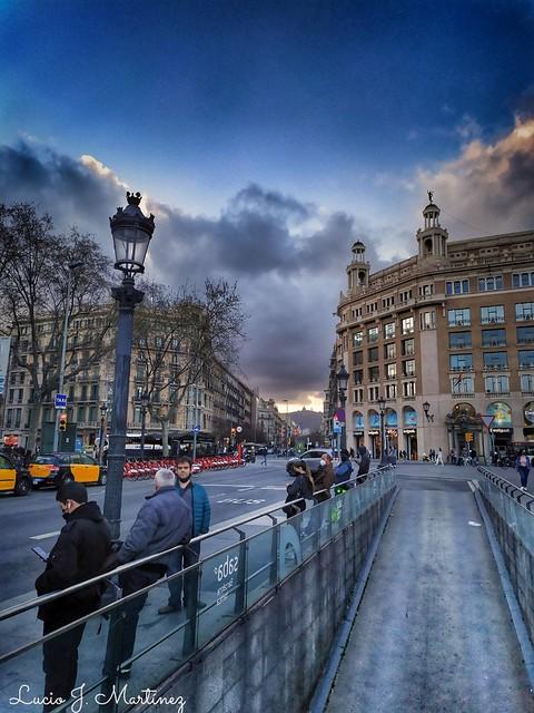 Barcelona. Plaza de Cataluña. Esperando el bus.