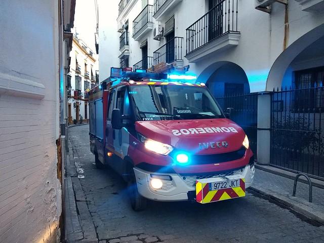 Camion de bomberos Iveco, F.S.V. Furgón de Salvamentos Varios. Intervención para apertura de vivienda en la calle San Roque. Ayto. de Sevilla.