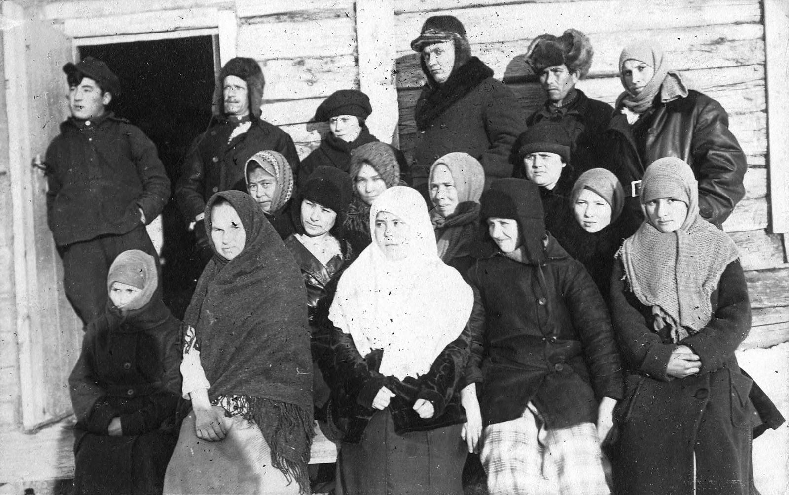 1910. Местные жители и представители учреждений