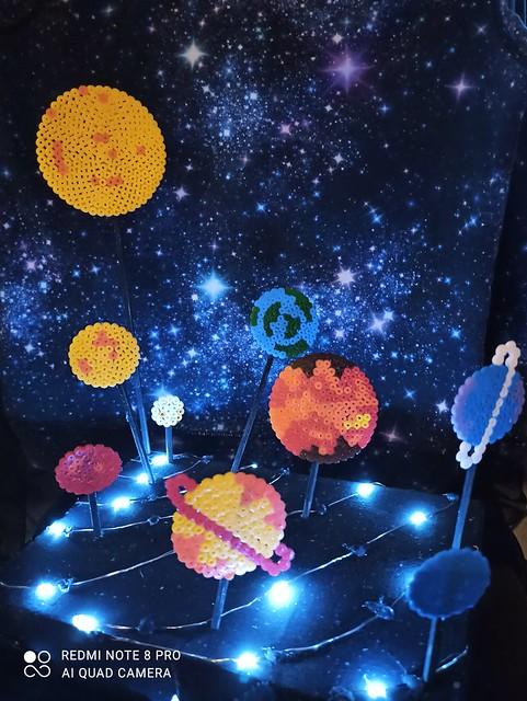 053 - Il sistema corallini di Morena 12 anni_a  Per aver trasformato un elemento di gioco in materia artistica. Bello l'uso delle Hama beads che richiamano l'infanzia ma prendono la forma di universi ancora da esplorare. Bella resa compositiva e cromatica.
