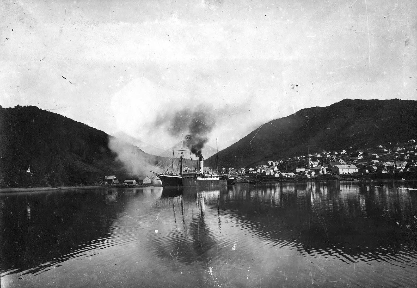 1920. Вид на город с Авачинской губы. На рейде однотрубный пароход.