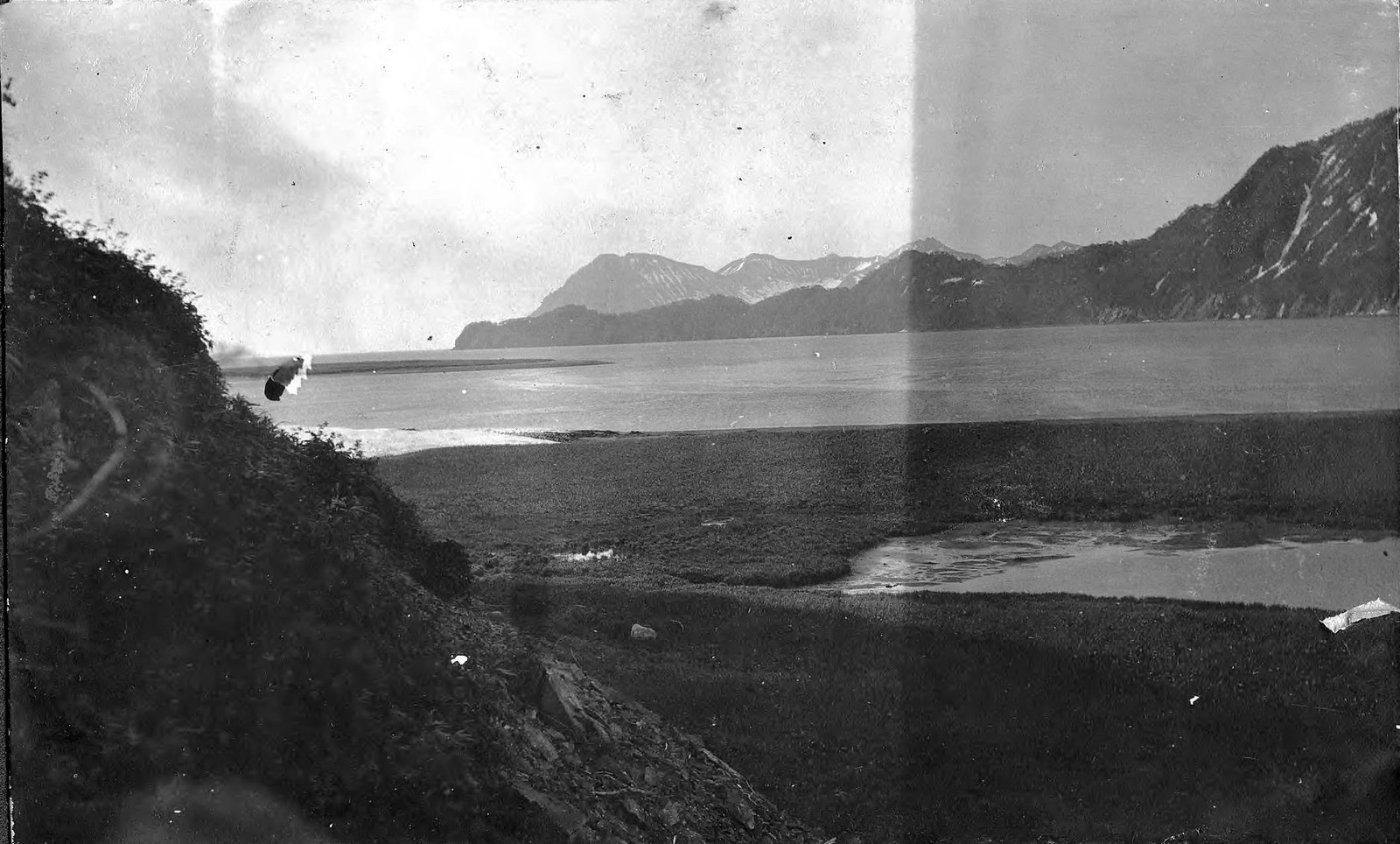 1910. Залив и скалистый берег