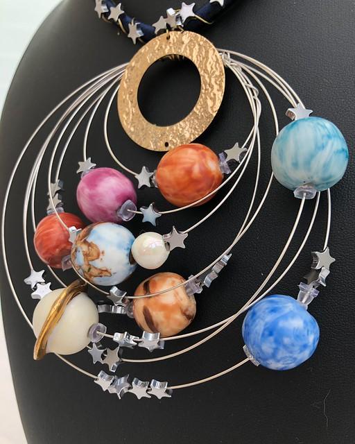 023 - Pianeti in orbita di Lucia 12 anni_a  Per aver creato non solo un modello ma aver addirittura immaginato un oggetto di design – una collana – ispirata al sistema solare.