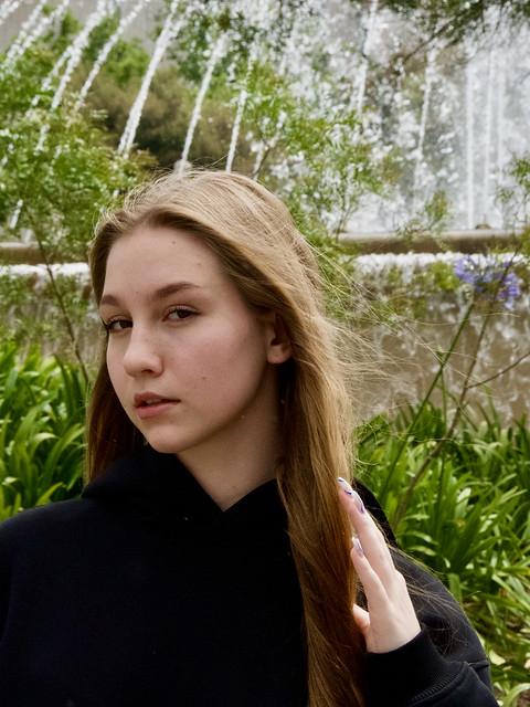 Maria, estudiant russa de 16 anys, molt amable amb la fotografia i molt seriosa de la seva responsabilitat. Captura: Plaça Catalunya, Barcelona.