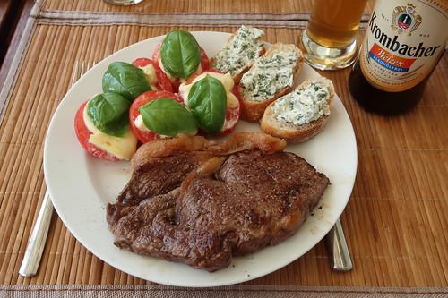 Gegrilltes Rinderhüftsteak mit Mozzarella-Tomaten und mit Zitronenthymianbutter bestrichenen Baguettescheiben (mein Teller)