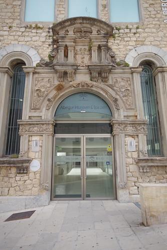 Albergue juvenil de Jaén y portada del antiguo Hospital de San Juan de Dios