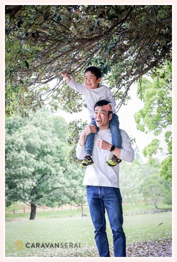 パパに肩車された男の子 公園フォト