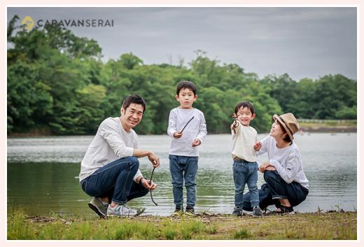 池のほとりで家族写真 愛知県尾張旭市の森林公園