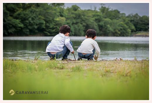 池のほとり 兄弟の後ろ姿