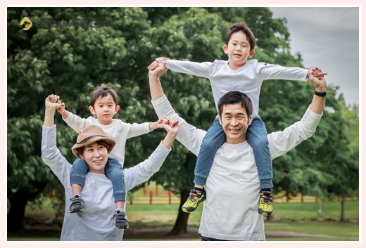 公園で家族写真 服装は白Tシャツでお揃いコーデ