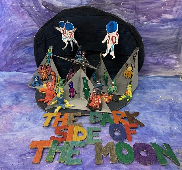 109 - The dark side of the Moon di Adhshayan 10 anni_a  Per aver sfruttato a pieno la tridimensionalità, mostrando da un lato la faccia della luna rivolta verso la Terra, quella visitata dagli astronauti Apollo, e immaginando un mondo abitato da personaggi fantastici sulla faccia lontana.