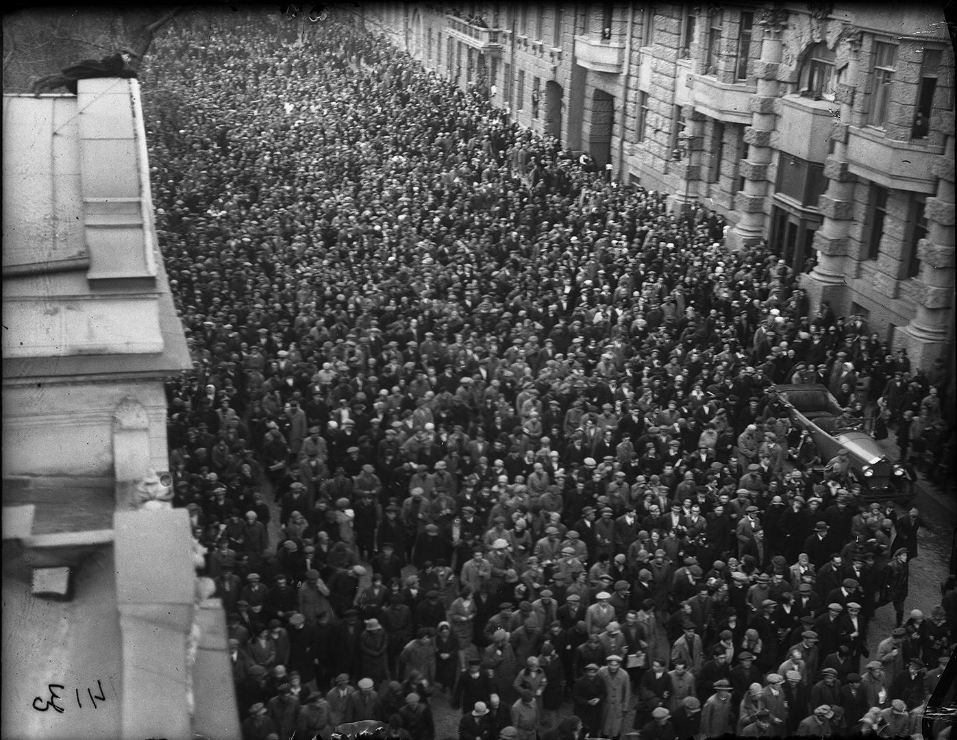20. 1930. Похороны В.В. Маяковского. Траурная процессия. Улица Воровского