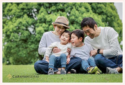 仲良し家族 公園でファミリーフォトのロケーション撮影