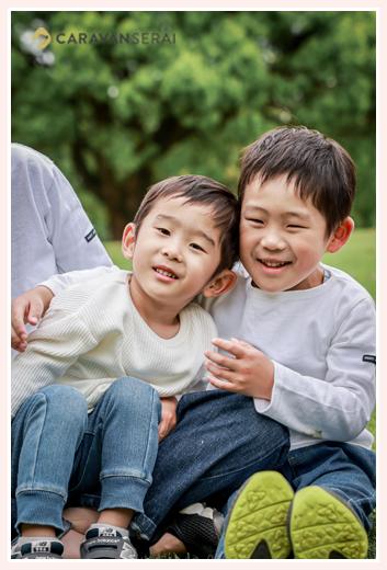 公園で兄弟写真 男の子ふたり