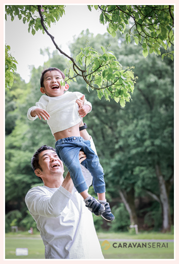 パパが高い高い 若葉が美しい公園にて