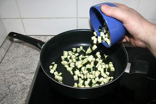 21 - Put zucchini in pan / Zucchini in Pfanne geben