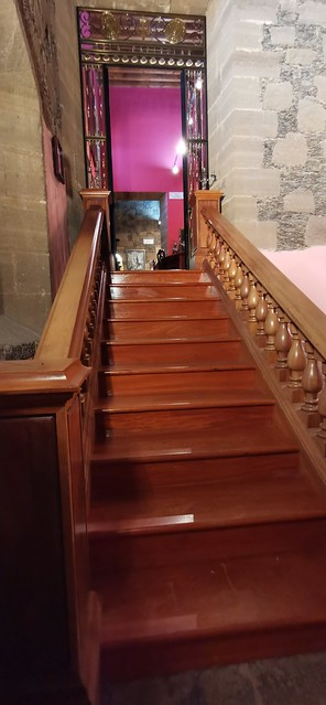 escalera y reja con Cruz de Santiago entrada Sala Capitular Museo de Arte Sacro de Gáldar Gran Canaria