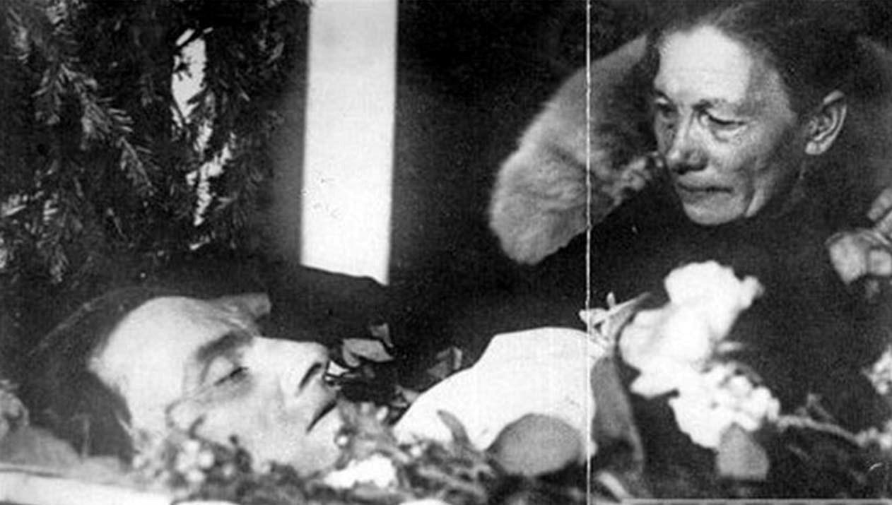 10. 1930. Александра Алексеевна Маяковская (Павленко) прощается с сыном, 17 апреля