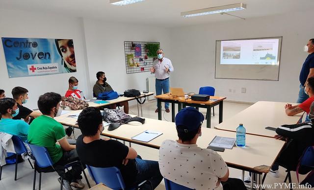 José Luis Sánchez Iglesias, presidente de AESLUX, imparte la jornada sobre autoconsumo fotovoltaico a los alumnos de la Cruz Roja de Salamanca.