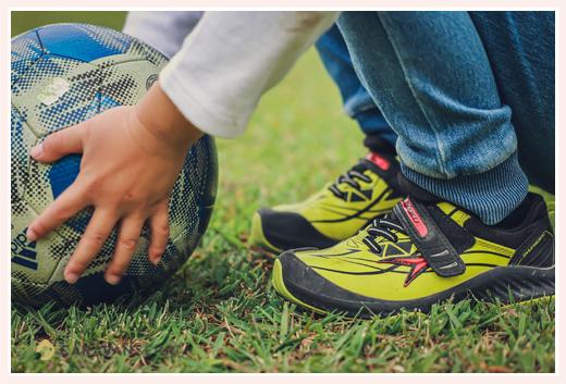 サッカー少年 ボールとスニーカー