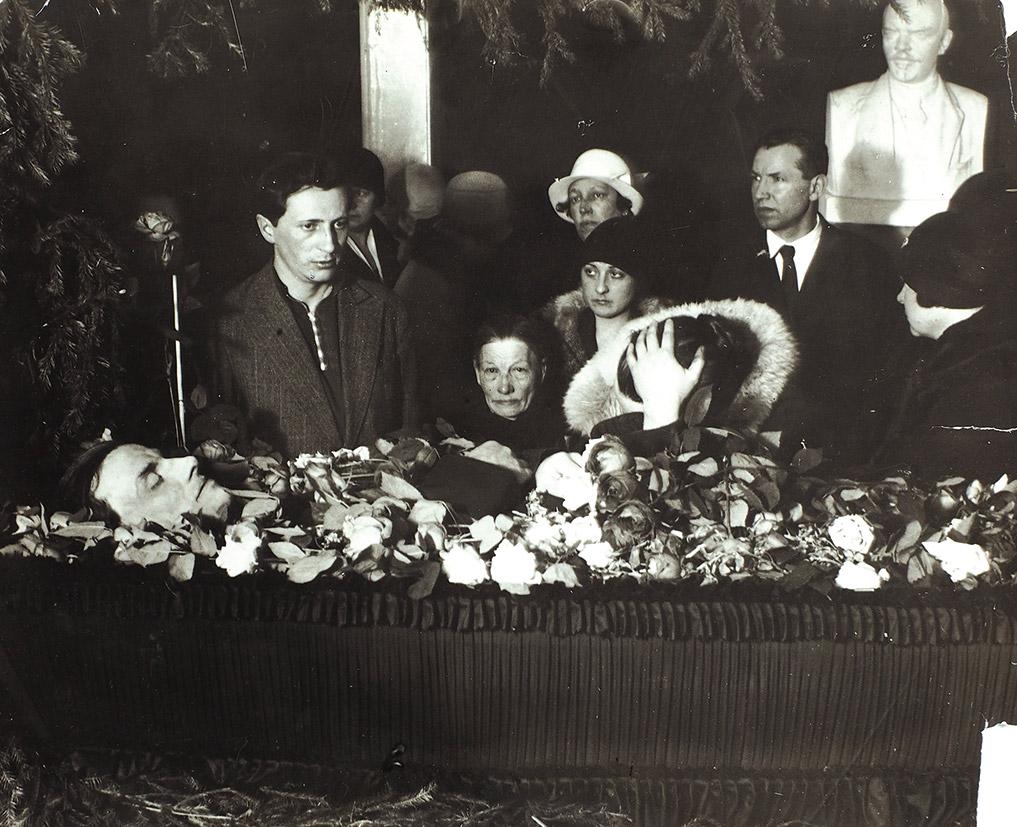 08. 1930. У гроба Маяковского — поэт Александр Жаров, мать и сестра. 15 апреля