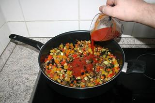 37 - Deglaze with dissolved tomato puree / Mit Tomatenmark-Brühe ablöschen