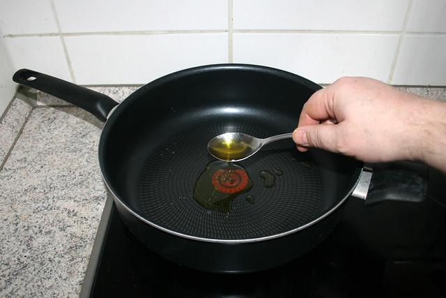 14 - Heat oil in pan / Öl in Pfanne erhitzen