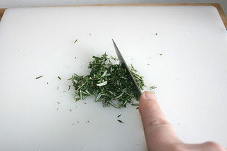 13 - Chop herbs / Kräuter zerkleinern