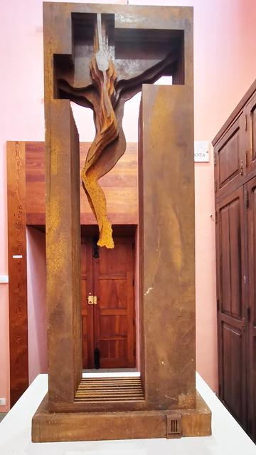 Cristo en la Cruz escultura de madera sala contemporanea Museo de Arte Sacro de Gáldar Gran Canaria