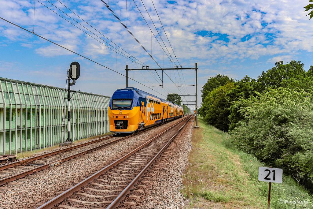 NS VIRM 9528 in vernieuwde kleurstelling