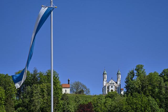 Kapellen hinter der bayerischen Fahne