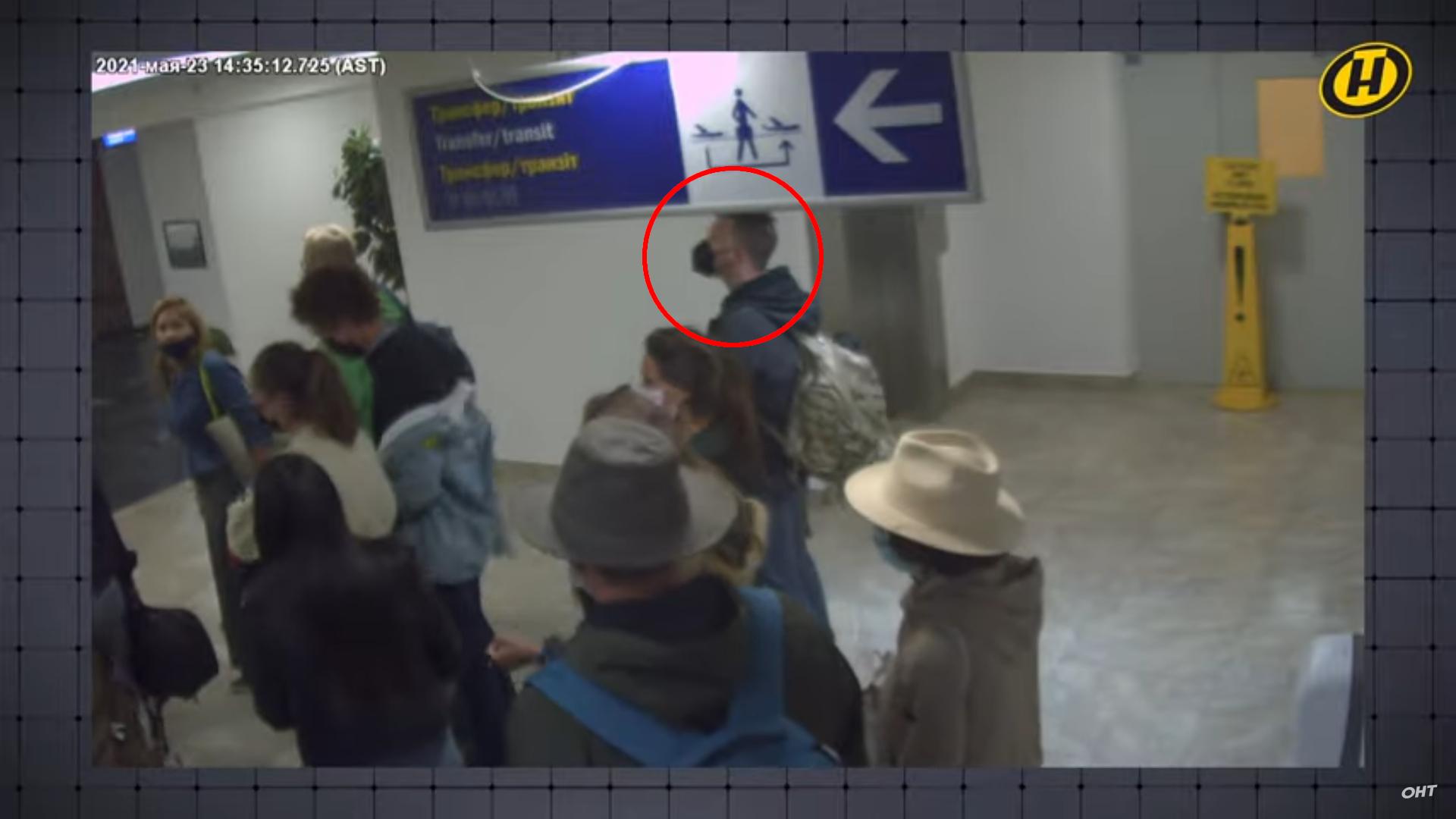 Roman Protassevitch dans la file d'attente à l'aéroport de Minsk - Biélorussie