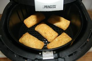 47 - Put potato bags into Air Fryer / Kartoffeltaschen in Heißluft-Fritteuse schieben
