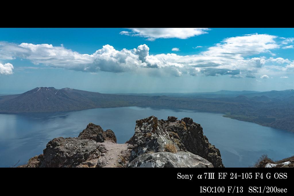 支笏湖の奥に樽前山