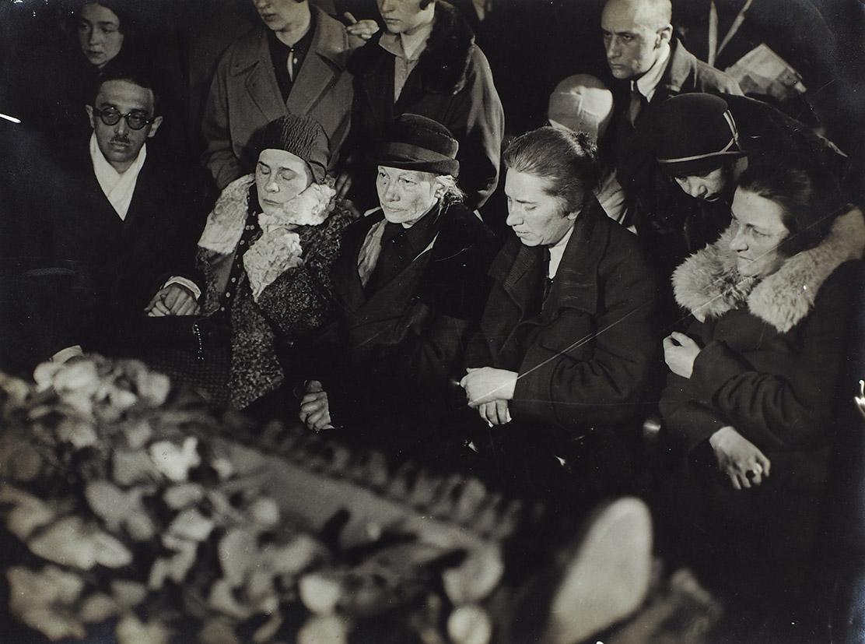07. 1930. Семья у гроба поэта. 15 апреля