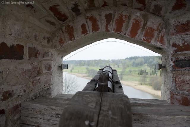 Ase ja ikkuna-aukko Kastelholman linnassa
