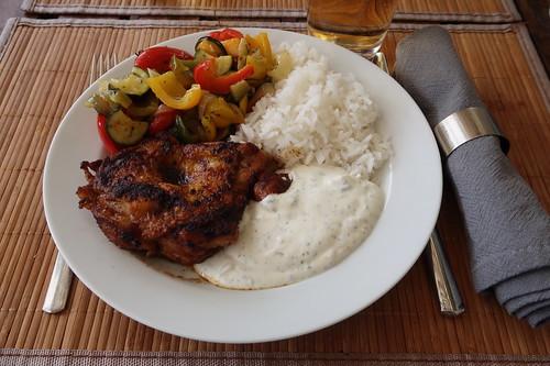 Entbeinter Hähnchenschenkel mit Paprikagemüse, Reis und Joghurtsoße (mein Teller)